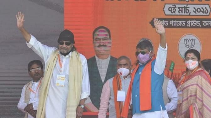 Brigade Rally : धोती-कुर्ता पहनकर पीएम मोदी के मंच पर पहुंचे बंगाली बाबू Mithun Chakraborty, बीजेपी में हुए शामिल