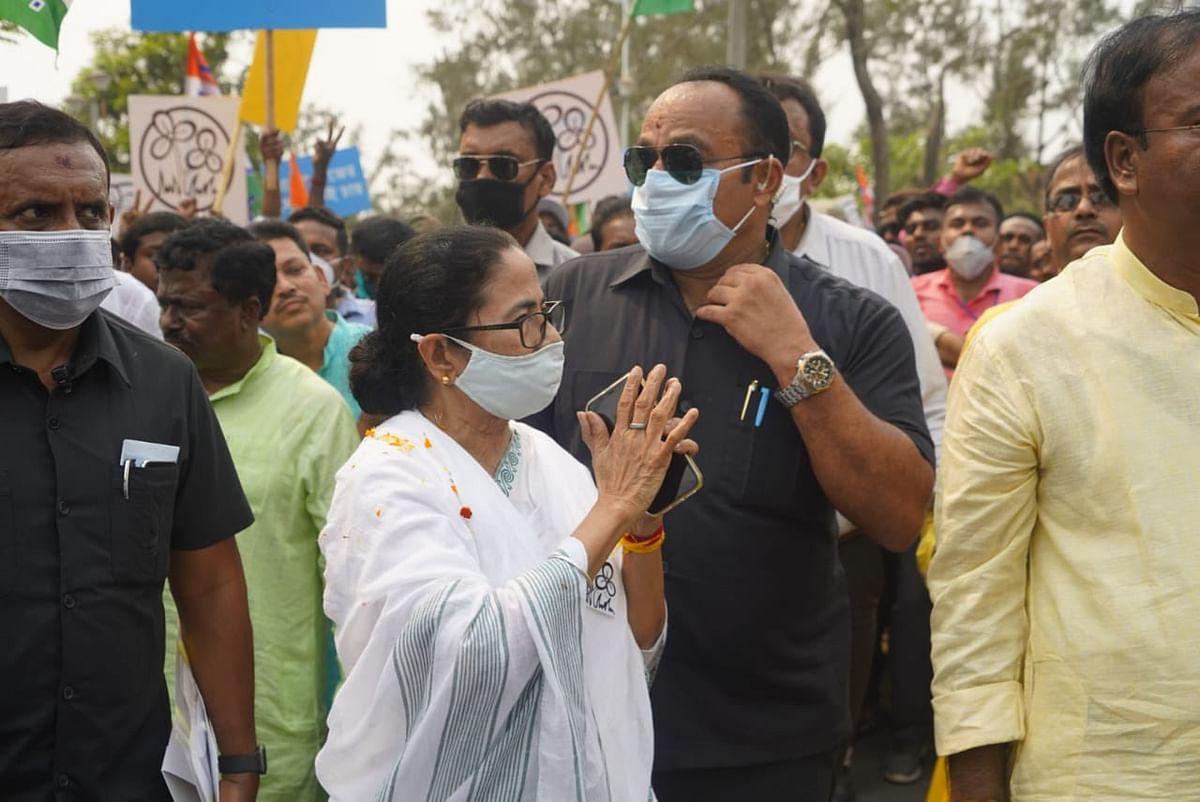 विधानसभा चुनाव 2021 LIVE : ममता बनर्जी की शिकायत - मंदिर से लौटते वक्त किसी ने जोर से बंद किया गाड़ी का दरवाजा, पैर में लगी चोट