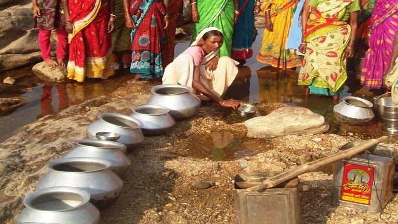 Bengal News: गर्मी में पानी की किल्ल्त से लोगों में आक्रोश, रानीगंज में आदिवासी महिलाओं ने की सड़क जाम
