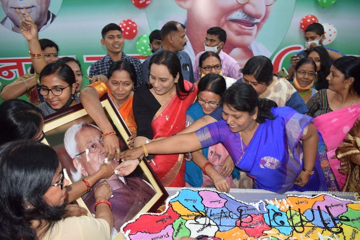 Nitish Kumar के जन्मदिन पर JDU ऑफिस में कटा 70 पाउंड का केक, बधाई देने वालों का तांता
