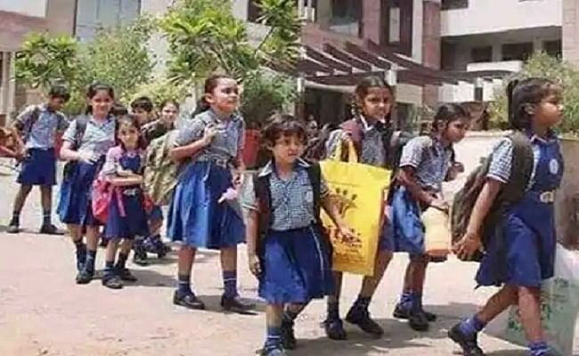 लंबे इंतजार के बाद शुरू हुई नौनिहालों की पाठशाला, कई स्कूलों में रही आधी-अधूरी तैयारी, नहीं बंटे मास्क