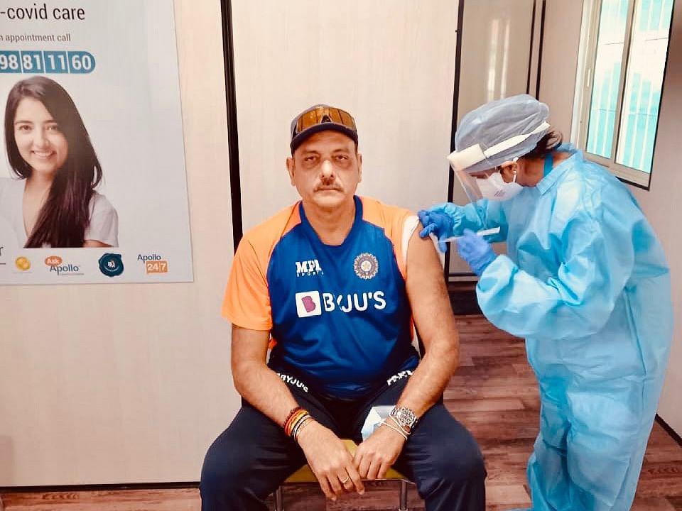 टीम इंडिया के कोच रवि शास्त्री ने लिया Corona Vaccine का पहला डोज, तसवीर शेयर कर कही ये बात