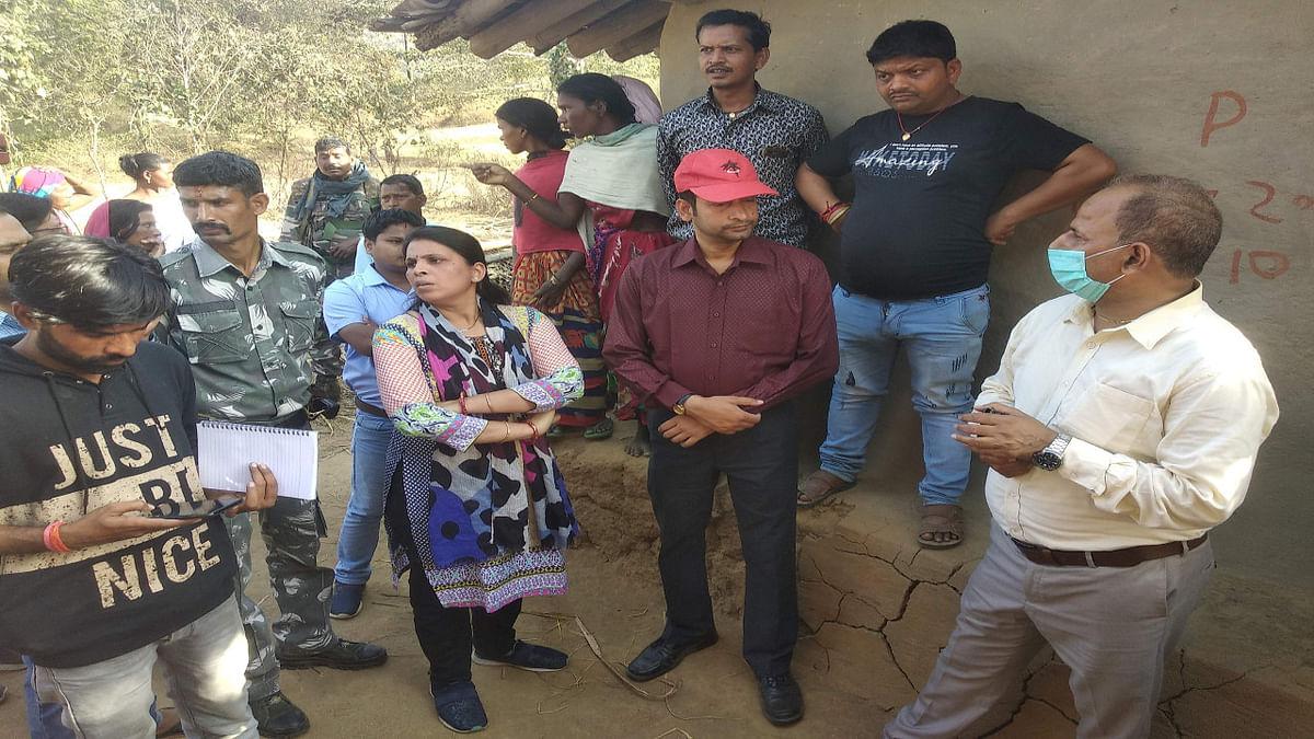 Jharkhand News : इलाज के अभाव में जच्चा- बच्चा की मौत मामले की जांच करते SMD व अन्य पदाधिकारी.