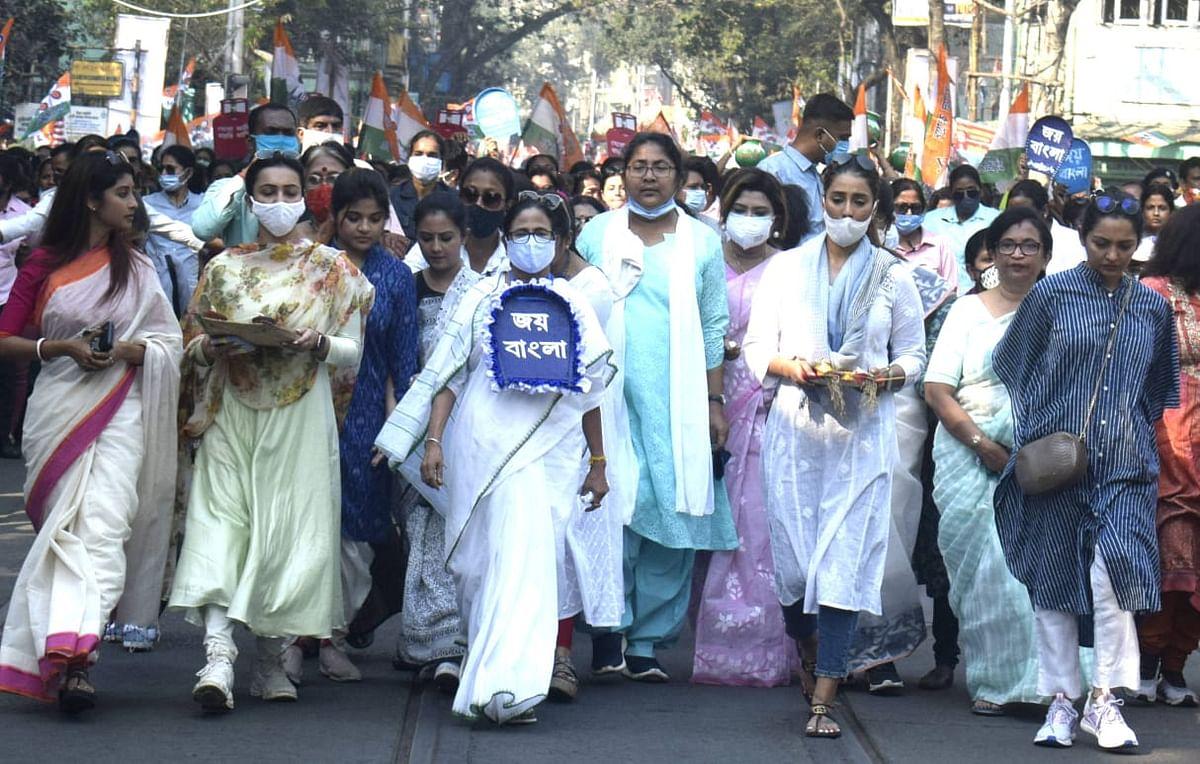 ममता की पदयात्रा... 'हरे कृष्ण हरे-हरे, तृणमूल घरे-घरे'...