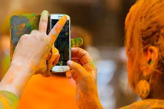 Holi 2021: अपने स्मार्टफोन को होली में ऐसे बनायें Holi-Proof