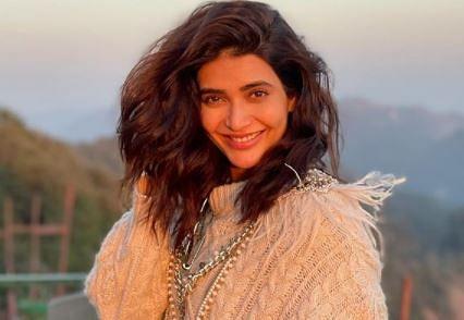 करिश्मा तन्ना लेटेस्ट फोटोशूट में दिखीं स्वेटर पहने हुए, फैंस बोले- मैडम इतनी ठंड...