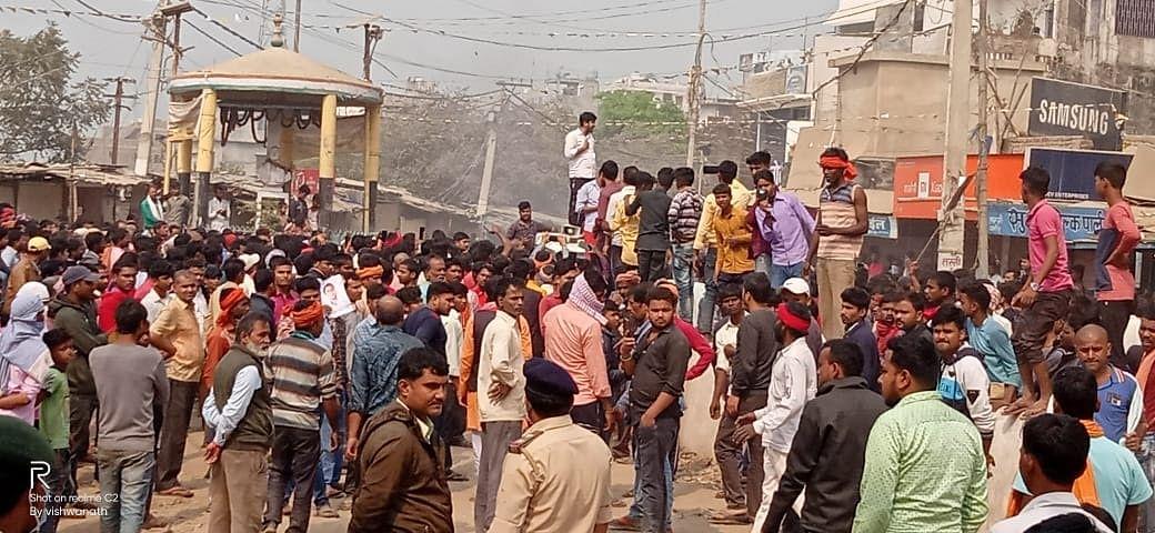 Sitamarhi News: बजरंग दल नेता की हत्या के बाद ग्रामीणों में उबाल, बाजार बंद और भारी बवाल, दंगा निरोधी दस्ता तैनात