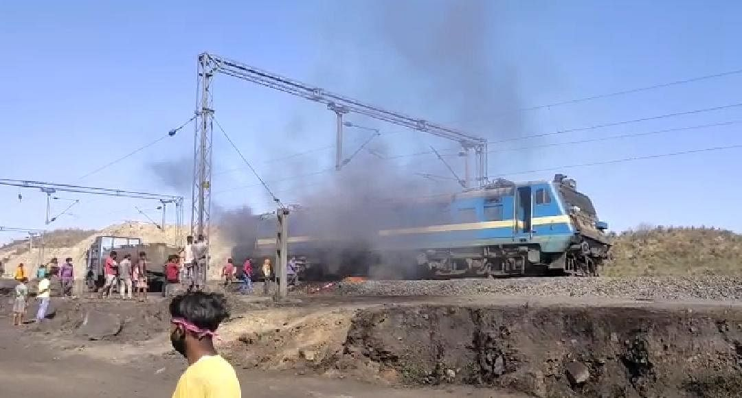 Indian Railways News : झारखंड के लातेहार में कोयला लदी मालगाड़ी के इंजन में लगी आग, रेलकर्मियों की तत्परता से आग पर पाया गया काबू
