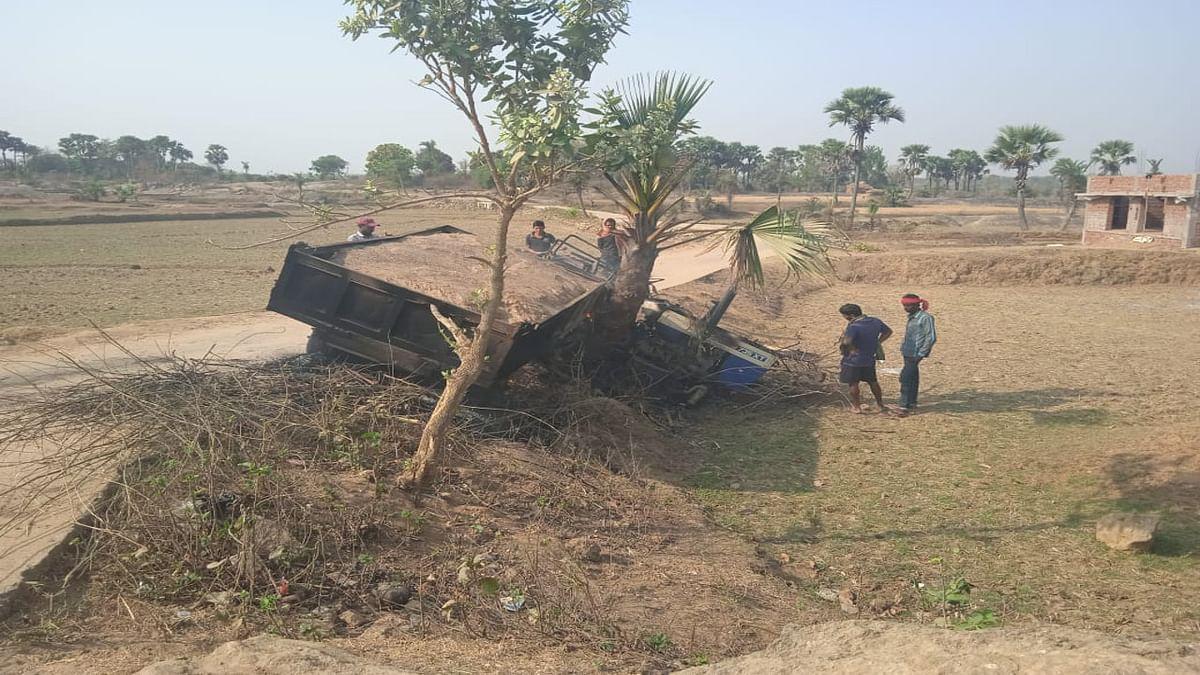 पोड़ैयाहाट में बालू लदे ट्रेक्टर ने 12 वर्षीय बच्चे को कुचला, आक्रोशित ग्रामीणों ने ट्रैक्टर में लगायी आग
