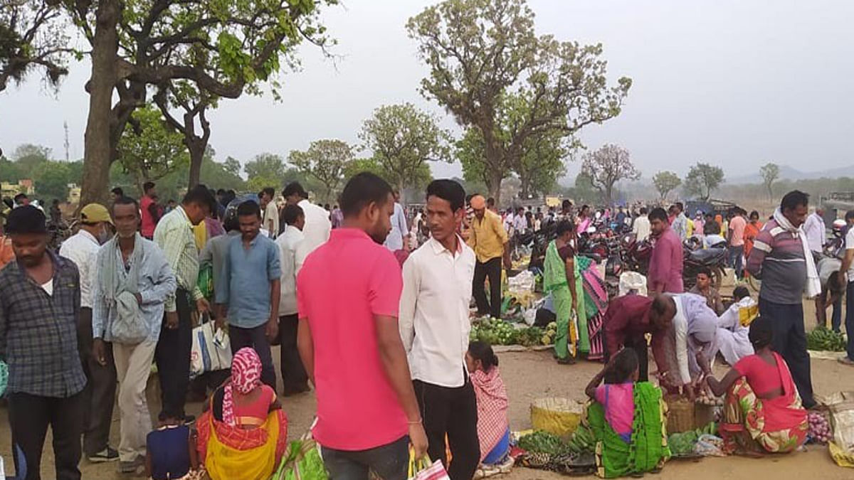 Jharkhand news : रामगढ़ स्थित कुजू बाजार में बिना मास्क पहने ही खरीदारी करते लोग.