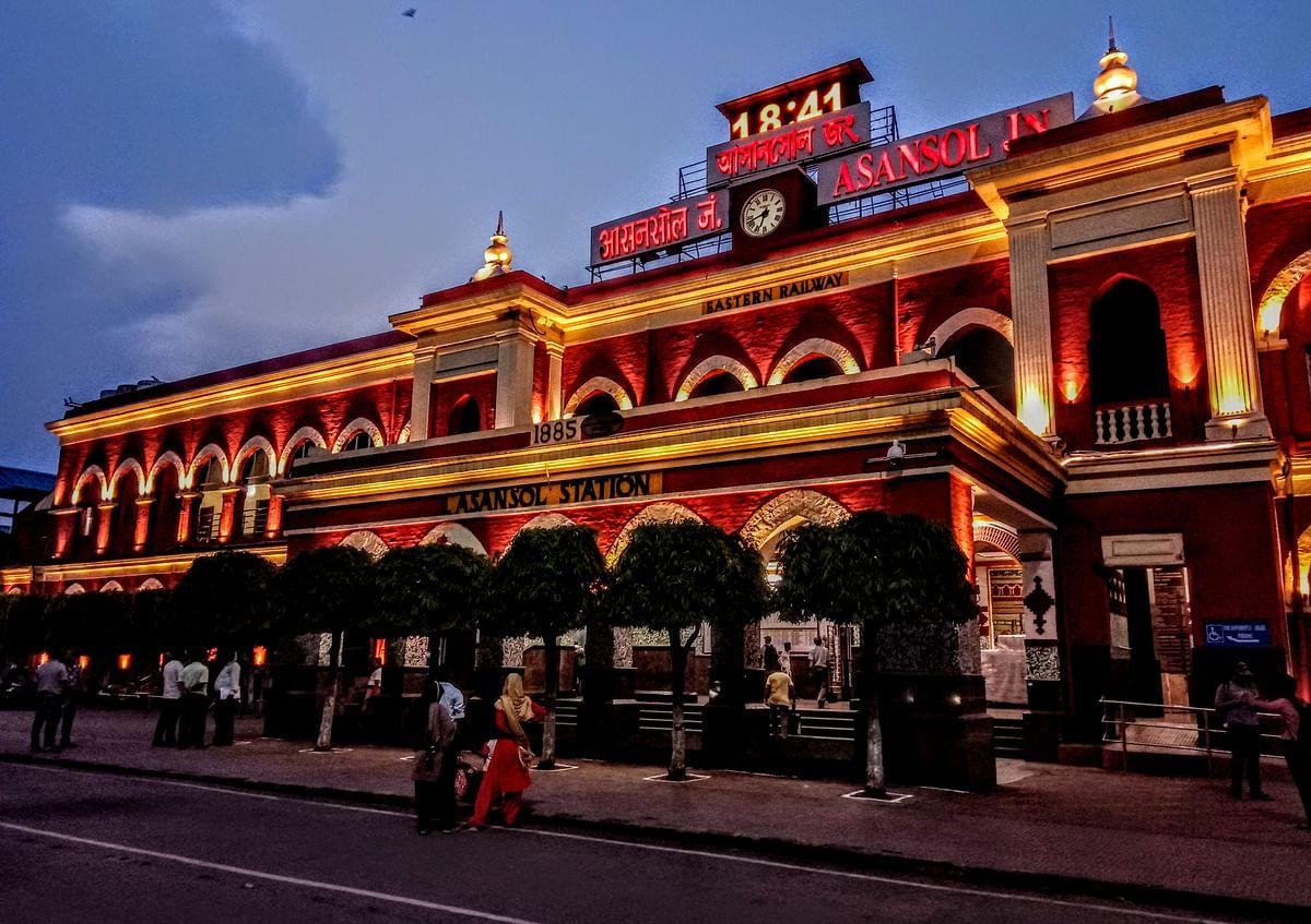 Bengal Railway News: कोरोना की दूसरी लहर को देख यात्रियों को जागरूक कर रहा आसनसोल रेल मंडल