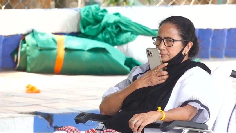 Mamata Banerjee Dharna LIVE: ECI के फैसले के खिलाफ ममता का धरना शुरू, आयोग ने TMC सुप्रीमो के बाद राहुल सिन्हा पर लगाया बैन