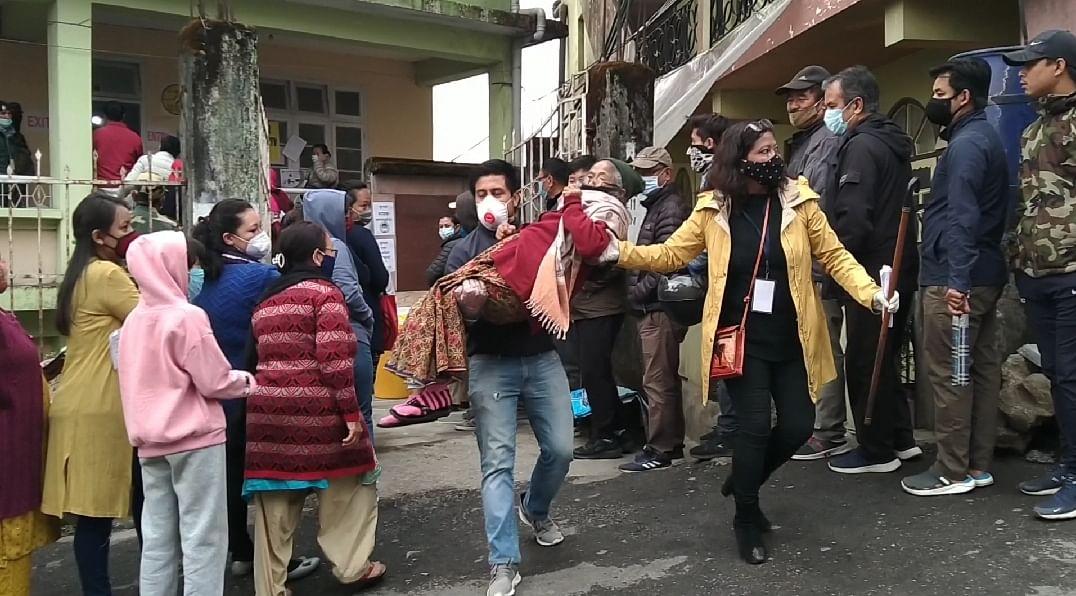 दार्जीलिंग में शांतिपूर्ण ढंग से हुई वोटिंग, बिमल गुरूंग, विनय तमांग सहित हेवीवैट नेताओं ने दिया वोट