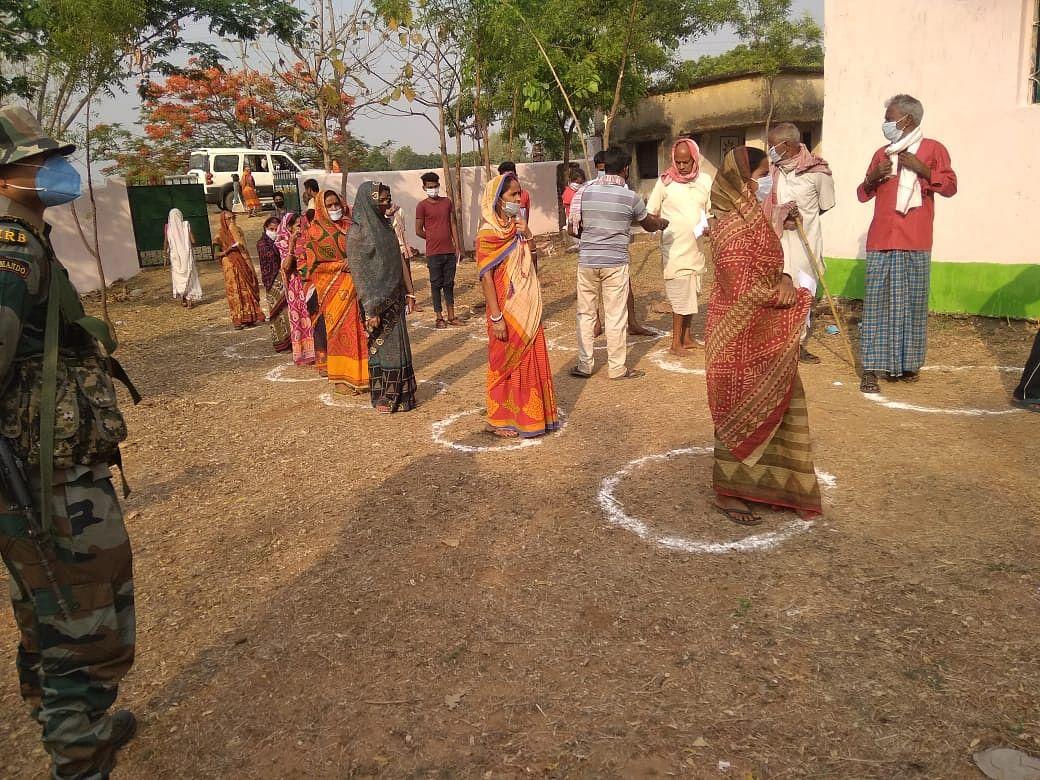 वोटिंग के लिए बारी का इंतजार करते वोटर्स
