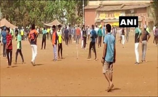मुंबई में लापरवाही के कारण बढ़ रहे कोरोना के मामले!, क्रिकेट मैच के दौरान बिना मास्क के नजर आए लोग