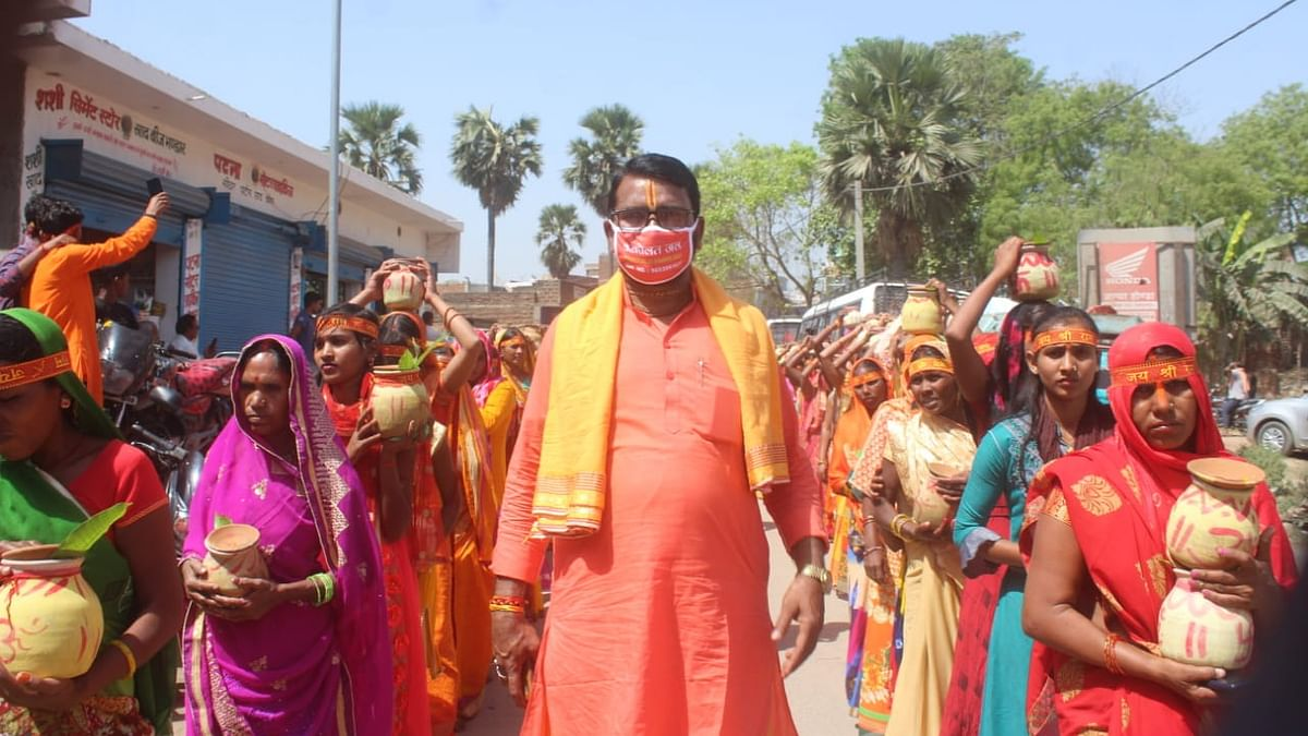 Gaya News: पाई बिगहा में कलश यात्रा के साथ नवाह्न परायण यज्ञ का शुभारंभ, चहुंओर गूंजे जयकारे