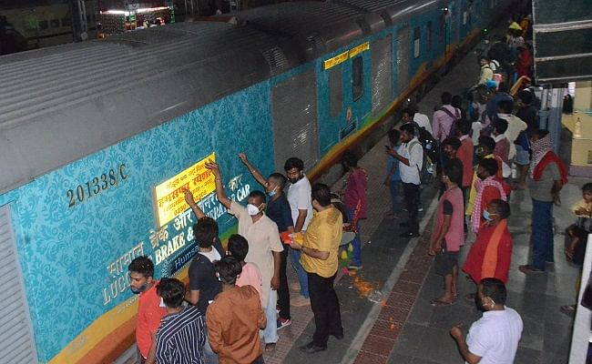 Bihar Train News: पहली बार गोड्डा से शुरू हुआ हमसफर का सफर, भागलपुर में ट्रेन पर फूलों की बारिश, जानें टाइम टेबल