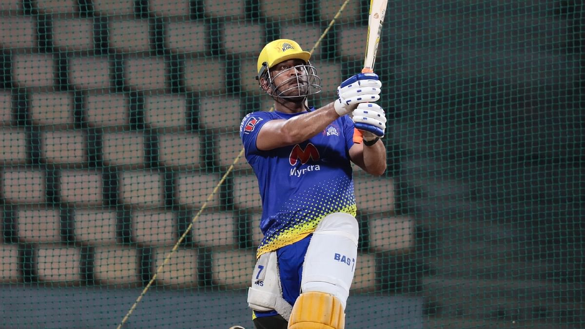 IPL 2021 : आईपीएल शुरू होने से पहले खतरनाक फॉर्म में दिखे धौनी, गेंदबाजों की जमकर कर रहे धुनाई, देखें VIDEO