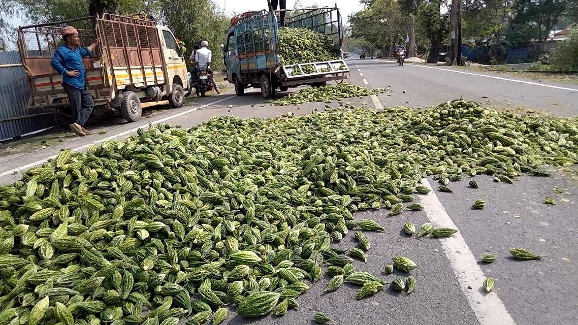 नाराज किसानों ने जलपाईगुड़ी में ऐसे जताया विरोध...