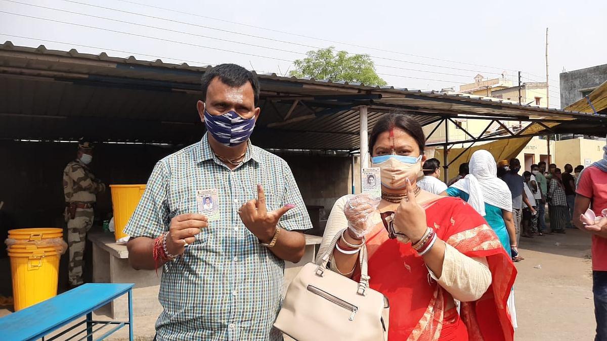 दुर्गापुर पश्चिम के टीएमसी उम्मीदवार ने पत्नी के साथ किया मतदान