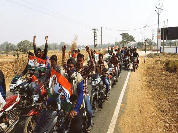 Corona नियमों की उड़ी धज्जियां, बिना हेलमेट-  मास्क पहने TMC समर्थकों ने निकाली रैली