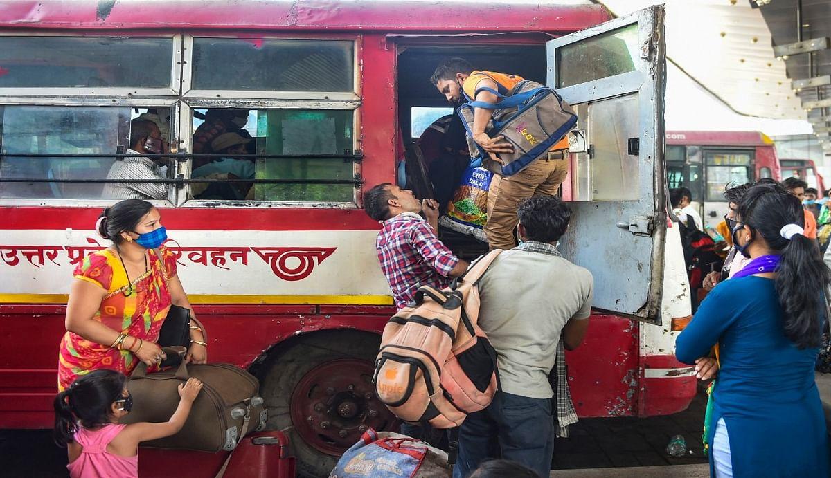 छोटे लॉकडाउन का बड़ा असर : दिल्ली से भारी संख्या में घरों को लौट रहे प्रवासी मजदूर, एक दिन में यूपी के लिए 77 हजार लोगों ने पकड़ी बस
