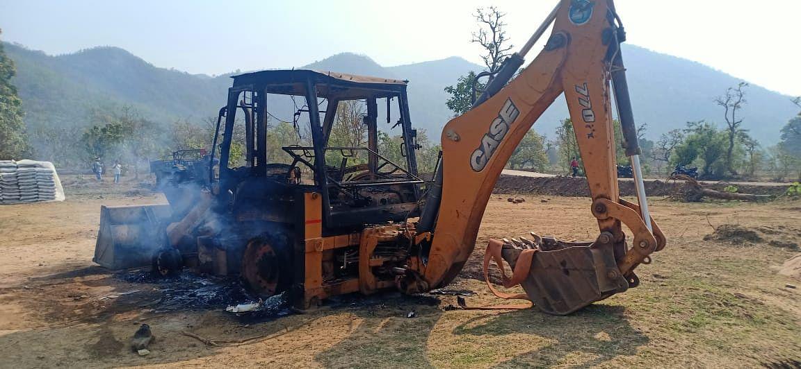 Jharkhand Naxal News : नक्सल प्रभावित लांजी पहाड़ी में बन रही थी पहली बार सड़क, लेवी के लिए नक्सलियों ने चाईबासा में मचाया उत्पात, सड़क निर्माण में लगे वाहनों को फूंक डाला