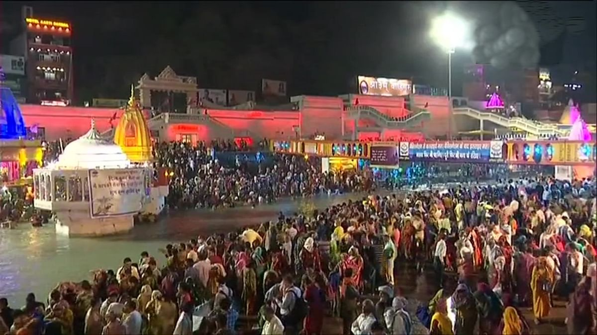 Haridwar Kumbh 2021 : हरिद्वार में आज 13 अखाड़े करेंगे दूसरा शाही स्नान, कोरोना नियमों की उड़ रही धज्जियां, प्रशासन बेबस