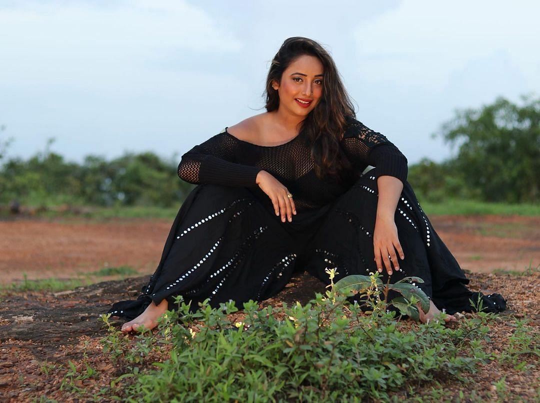 भोजपुरी एक्ट्रेस Rani Chatterjee ने नेट के ब्लैक आउटफिट में दिखाई अपनी अदा,  फैंस बोले काले काले बाल, गाल गोरे  . . .