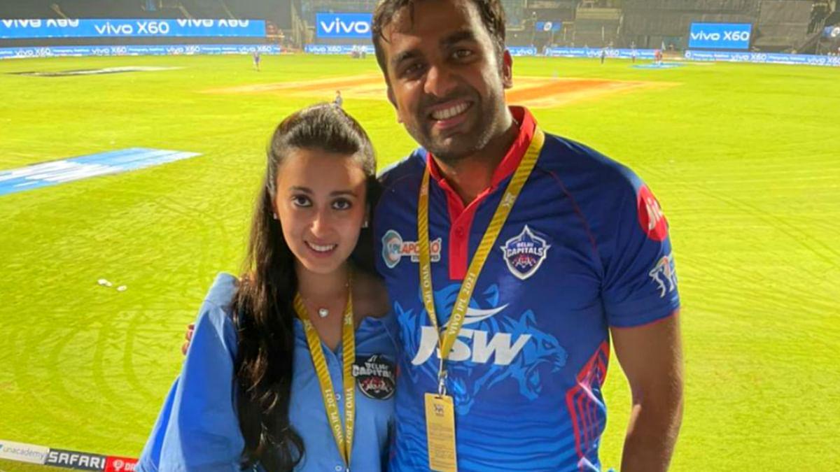 IPL 2021: कौन हैं पंत की टीम को सपोर्ट करने स्टेडियम पहुंची ये मिस्ट्री गर्ल जिसपर टिकी रही सबकी निगाहें