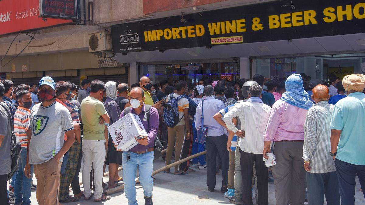 दिल्ली में लॉकडाउन के ऐलान के बाद शराब दुकानों में उमड़ी भीड़, नियमों की उड़ी धज्जियां