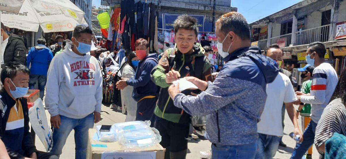 दार्जीलिंग में जीजेएम बिमल गुट के समर्थकों ने शहर को किया सैनिटाइज, बांटे मास्क