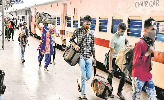 मुजफ्फरपुर जंक्शन पर बाहरी राज्यों से आए यात्री  कोरोना टेस्ट में पाए जा रहे पॉजिटिव, जांच के डर से दूसरे स्टेशन पर ही उतर रहे यात्री