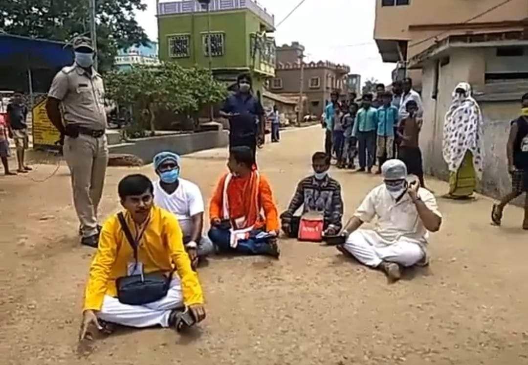 गलसी में हिंदू वोटर्स को मतदान से रोका, विरोध में समर्थकों के साथ धरने पर बैठे बीजेपी कैंडिडेट