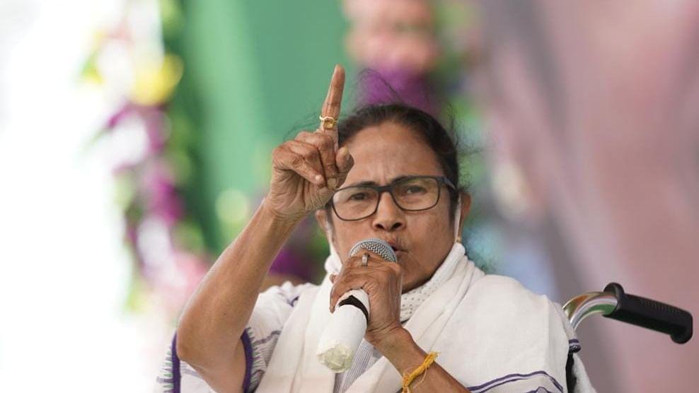 Bengal Chunav 2021: ममता बनर्जी के कूचबिहार जाने पर लगा ग्रहण, ECI ने नेताओ की एंट्री पर लगाई 72 घंटे की रोक