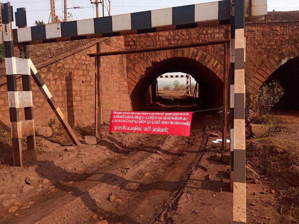 झारखंड के बड़ाजामदा रेलवे क्रॉसिंग पर नक्सलियों ने लगाया बैनर, पुलिस ने किया जब्त