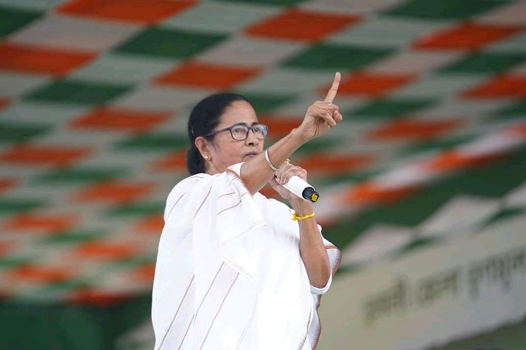 चुनाव आयोग ने ममता बनर्जी पर लगाया बैन, नहीं कर सकेंगी प्रचार, अब करेंगी धरना