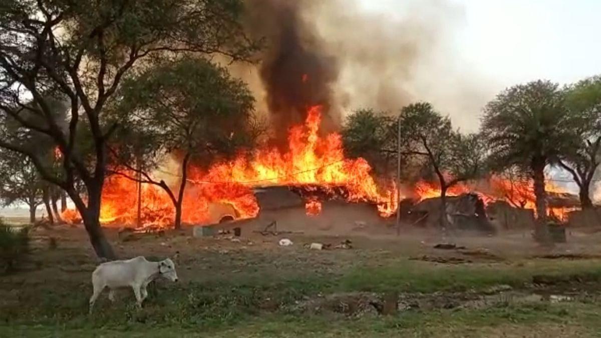 गोड्डा के मेहरमा में चूल्हे से उठी चिंगारी ने 25 घरों को किया राख, उजड़ा आशियाना