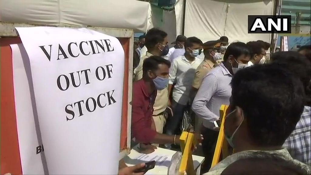 देश के कई हिस्सों में वैक्सीन की कमी, लोग बोले- दूसरे डोज के लिए भी लगाने पड़ रहे सेंटर के चक्कर