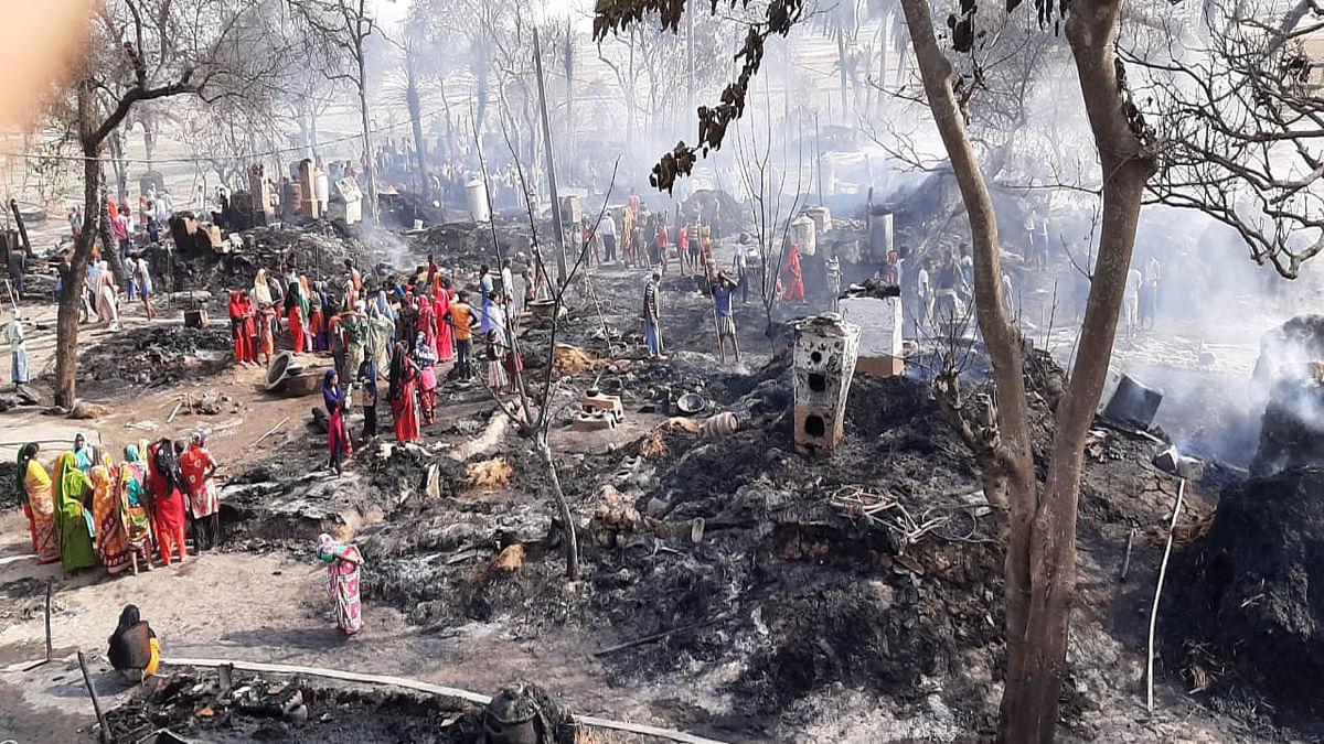 अगलगी के बाद राख में तब्दील हुए सुडनी गांव के 25 घर. पीड़ितों का रो-रोकर हुआ बुरा हाल.