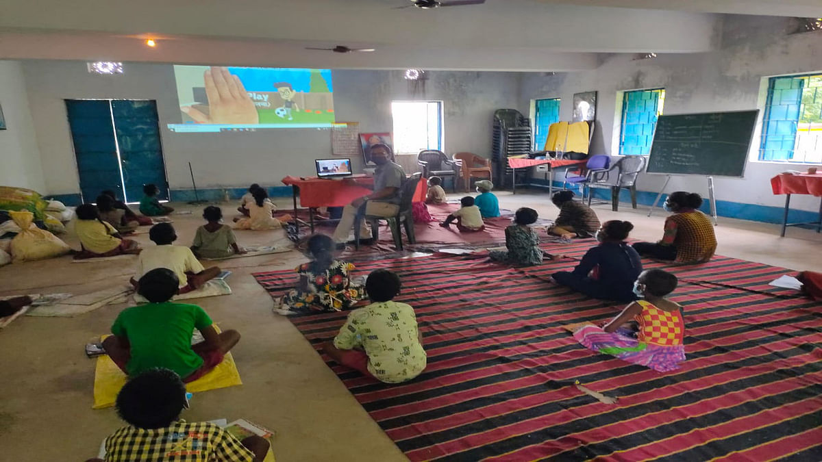 Jharkhand news : झारखंड डिजि ऐप से प्रोजेक्टर के माध्यम से पढ़ाई करते स्कूली बच्चे.