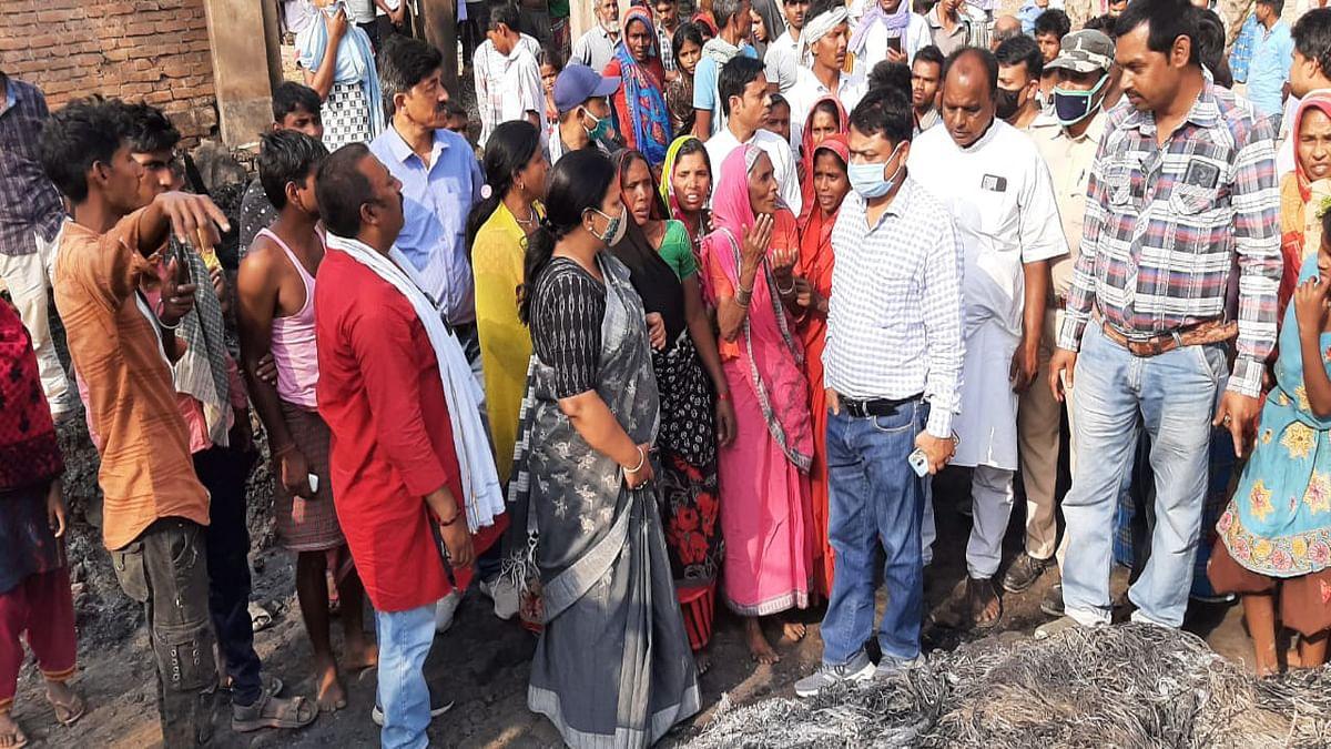अगलगी की घटना की जानकारी मिलते ही सुडनी गांव पहुंची महगामा विधायक दीपिका पांडेय सिंह.