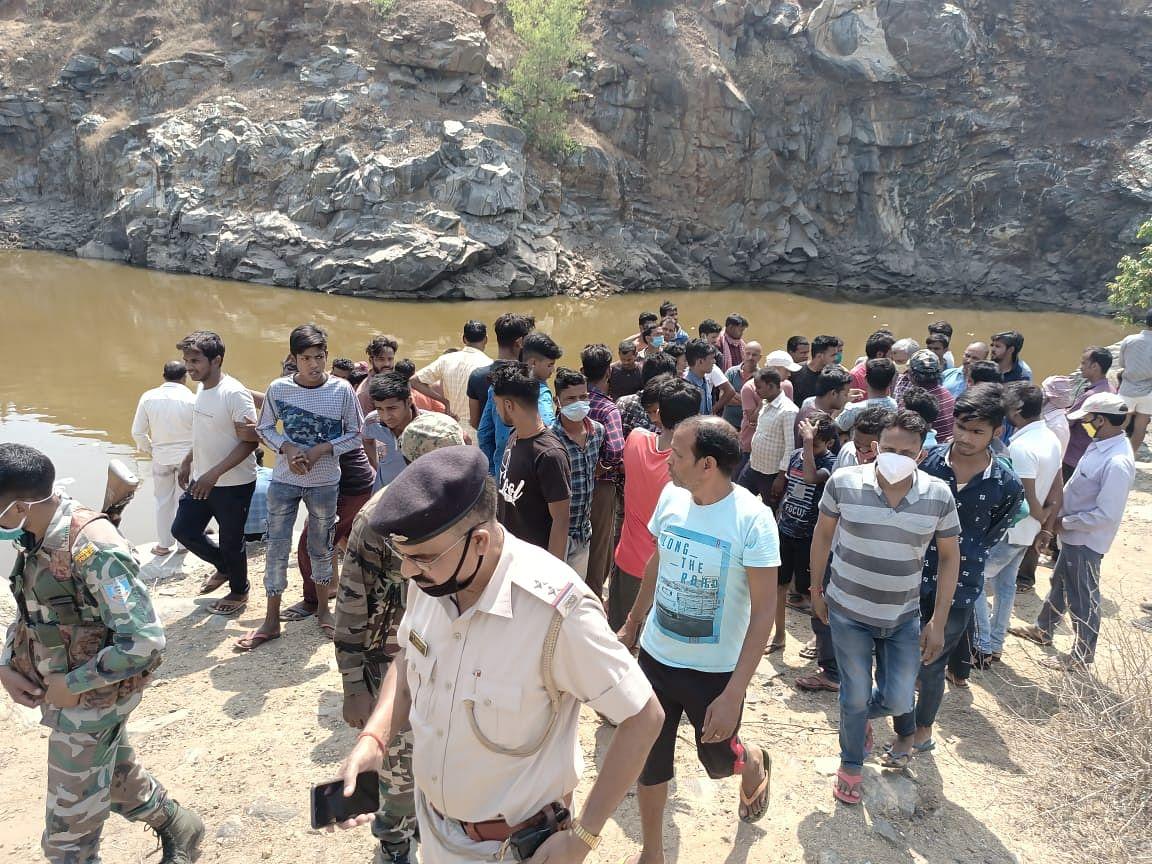 झारखंड के हजारीबाग में लापता युवक का कपड़ा बंद पत्थर खदान से बरामद, युवक का सुराग नहीं, पुलिस कर रही पूछताछ