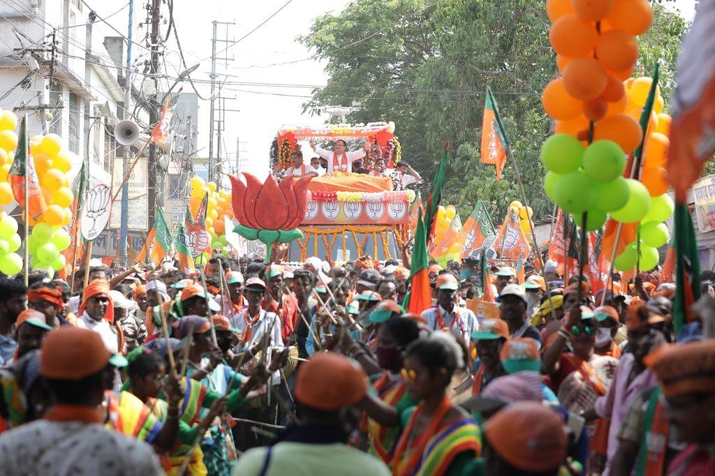 जेपी नड्डा की रोड शो में उमड़ी भीड़