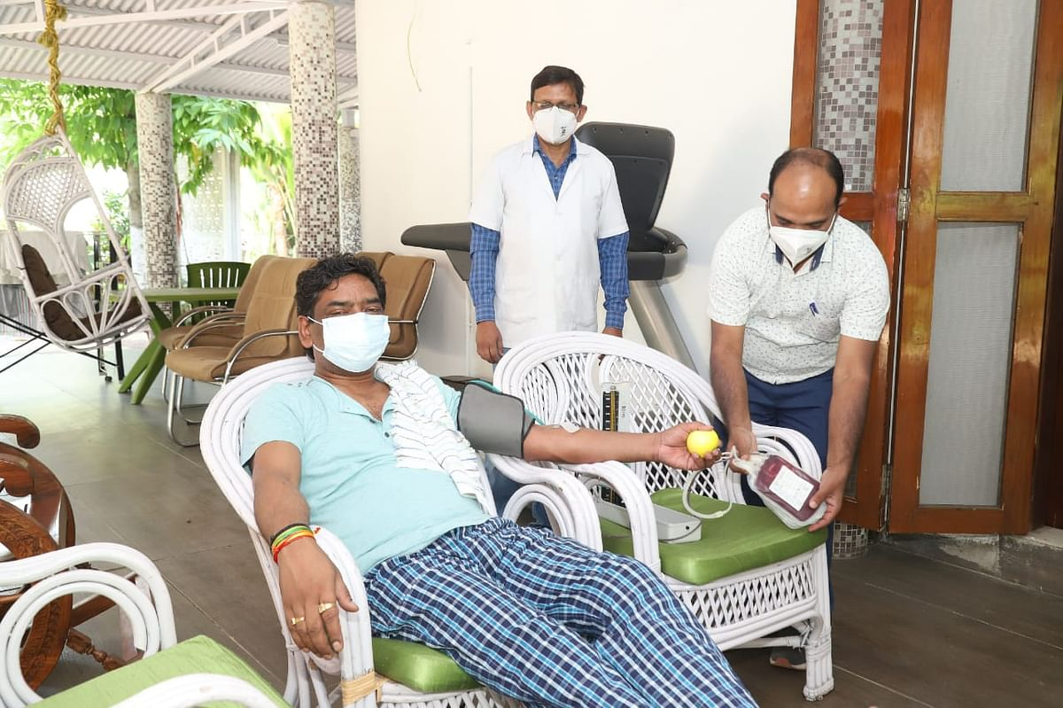 झारखंड के मुख्यमंत्री हेमंत सोरेन ने रिम्स ब्लड बैंक के लिए किया रक्तदान, मानव जीवन की रक्षा के लिए बताया संजीवनी, आम लोगों से की रक्तदान की अपील