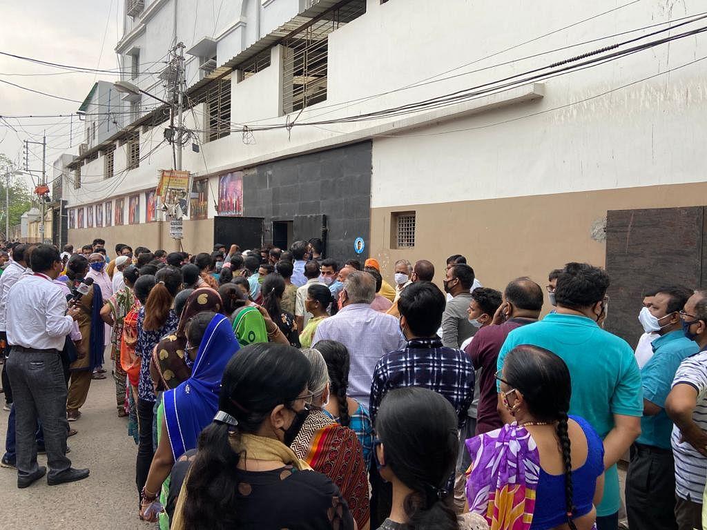 हावड़ा के एक मतदान केंद्र के बाहर लगी वोटरों की लंबी कतार
