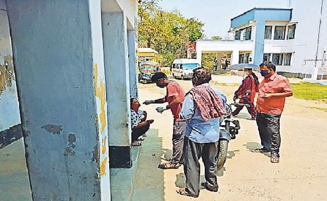 बिहार के बांका जिले में लापरवाही का बड़ा खेल, सरकारी अस्पताल में सफाई कर्मी कर रहे हैं कोरोना की जांच