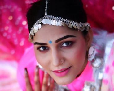 Sapna Choudhary की इन अदाओं पर क्लीन बोल्ड हुए फैंस, लेटेस्ट फोटोज में दिखा दिलकश अंदाज