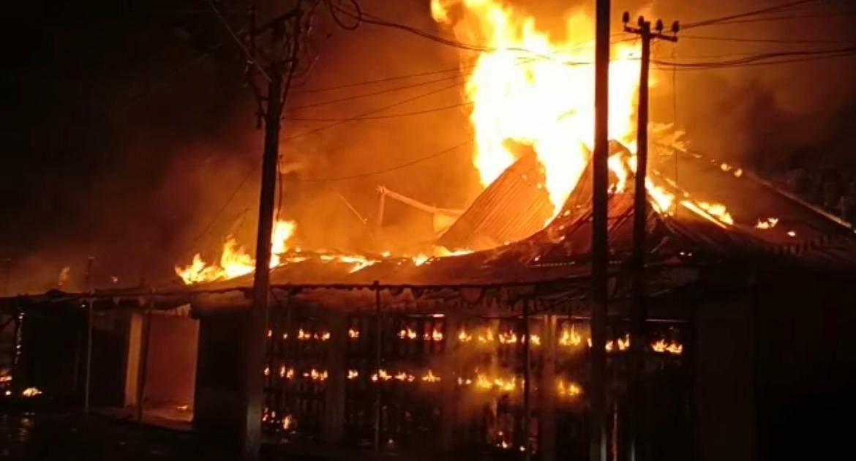Bengal News: कूचबिहार में आग लगने से 30 दुकान जलकर राख, करीब 50 लाख के नुकसान का अनुमान