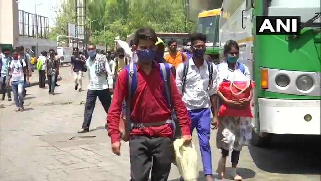 दिल्ली, महाराष्ट्र समेत कई राज्यों से वापस यूपी लौट रहे हैं मजदूर, बस अड्डों पर बढ़ने लगी है भीड़, सीएम योगी ने अधिकारियों को दिया ये निर्देश